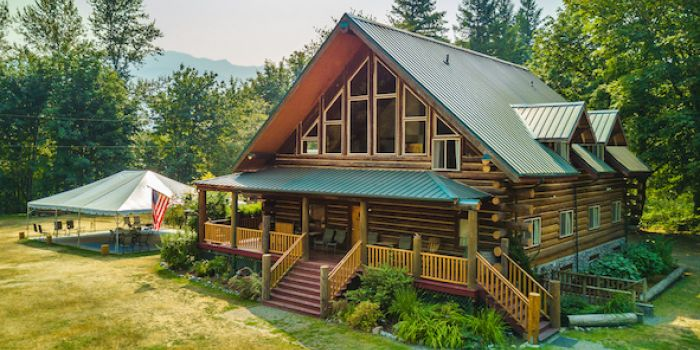 Wallace Falls Lodge, on 10 Beautiful View Acres